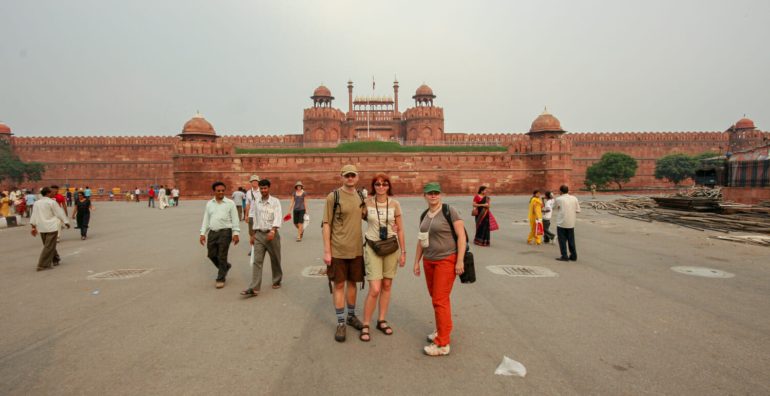 3/4 ekipy i Red Fort w tle